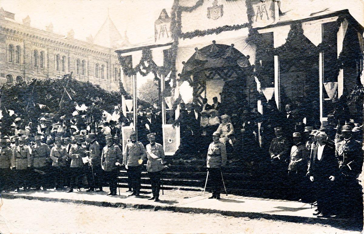 Familia Regală în timpul ceremoniilor, organizate în faţa Casei Eparhiale, 1920. (Carte poştală, MNIM).