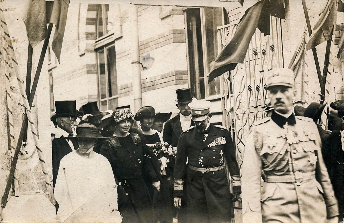 Regele şi Regina deplasându-se pe străzile Chişinăului, 1920. (Carte poştală, MNIM).