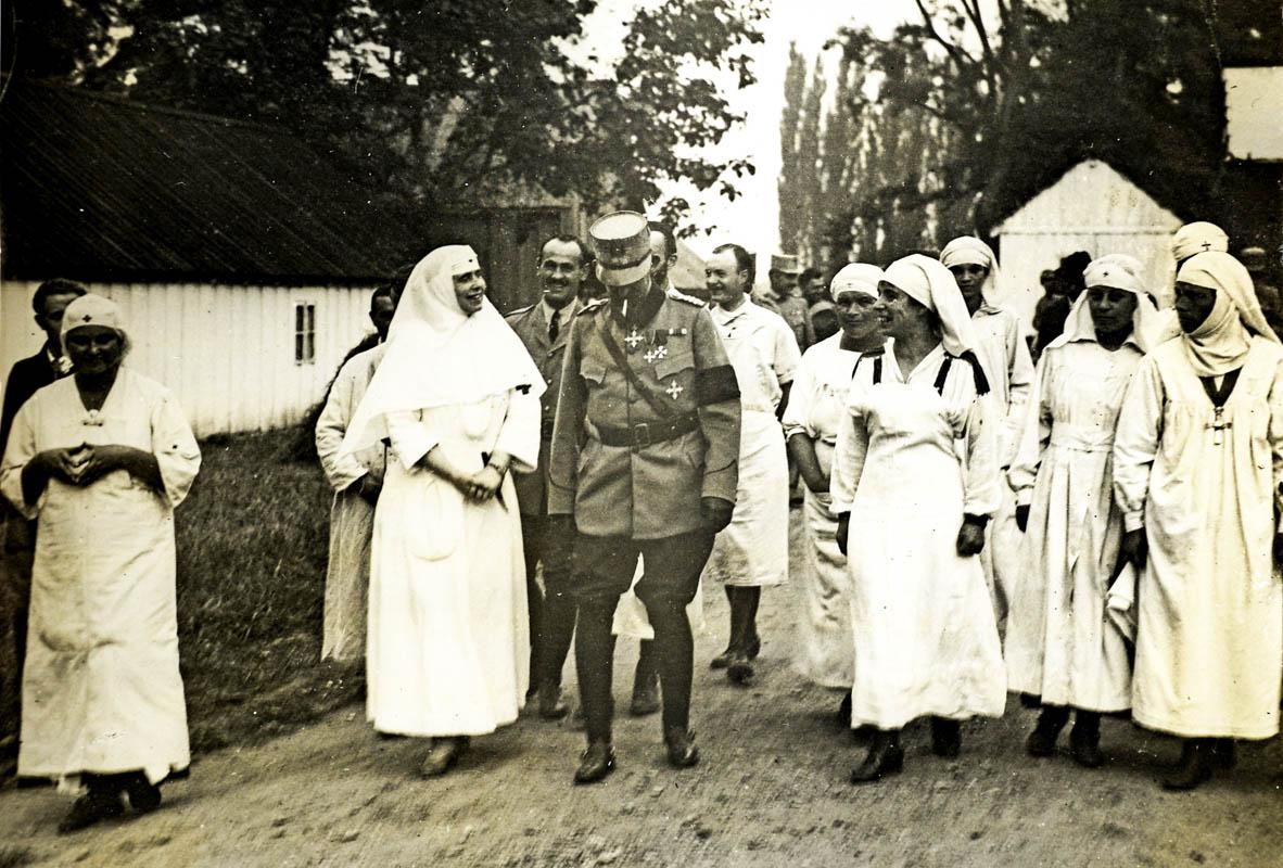 Regina Maria, îmbrăcată în haine de soră medicală <br /> Sursă foto: Arhivele Naționale ale României