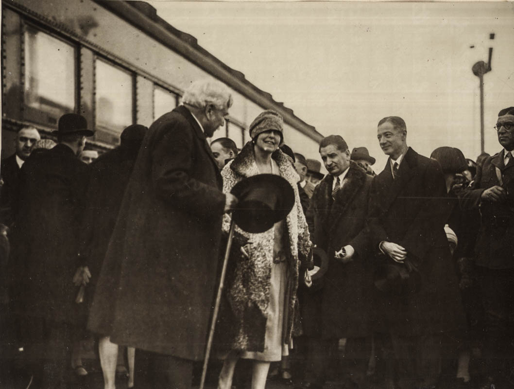 Regina Maria şi Samuel Hill întâmpinaţi de oficialităţi, la gară <br /> Sursă foto: Arhivele Naționale ale României