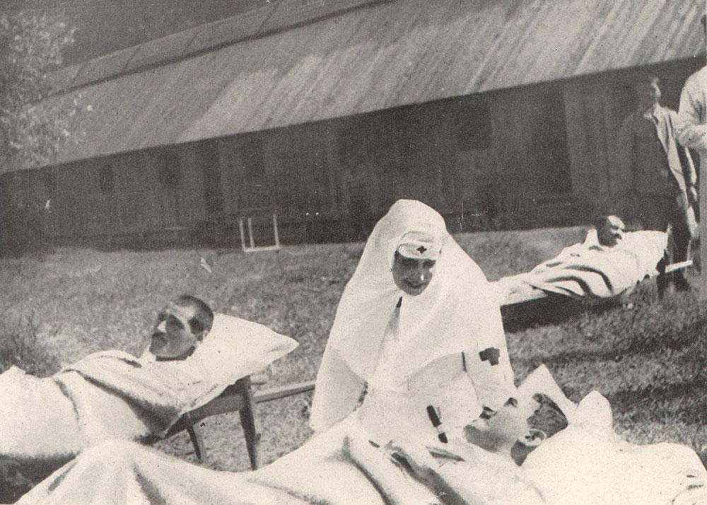 Regina Maria îngrijnd un soldat rănit în timpul războiului <br /> Sursă foto: Arhivele Naționale ale României